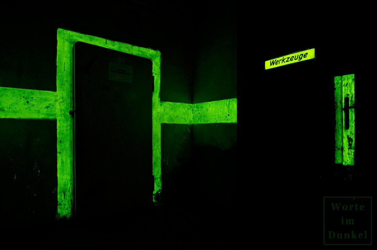 Bei Lichtausfall mussten nicht nur die Türen, Hinweispfeile und Mauerdurchbrüche durch Leuchtfarbe ersichtlich sein, sondern auch wichtige Stellen, wie etwa das Werkzeugdepot.