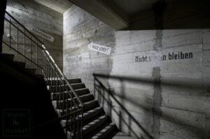 Leitsystem und Verhaltensanweisungen für die Zivilbevölkerung im dritten Stock