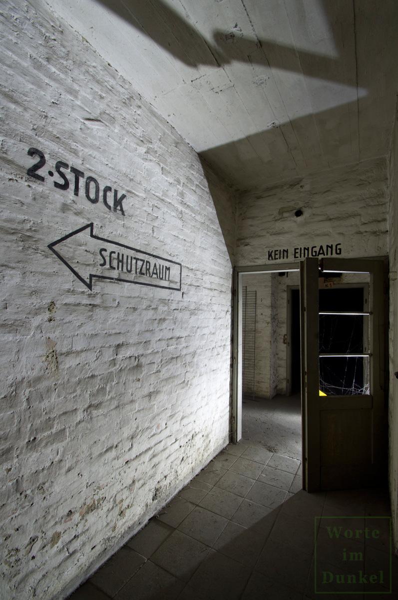 Hinweis im Stiegenhaus – militärische oder von der Industrie verwendete Bereiche durften von der Zivilbevölkerung nicht betreten werden.