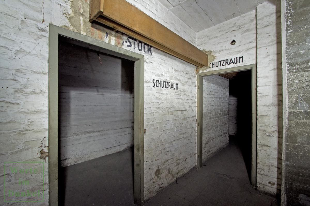 Kennzeichnung der Schutzräume im vierten Stock