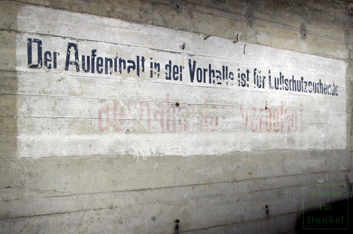 Hinweis in der Vorhalle im Erdgeschoß – der Aufenthalt war hier für Luftschutzsuchende ausnahmslos verboten.