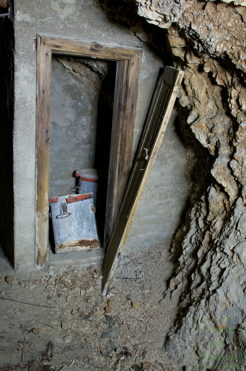 Auch in diesem Luftschutzstollen eines großen Industriebetriebs, die in Fels geschlagen wurden, gab es Notaborte.