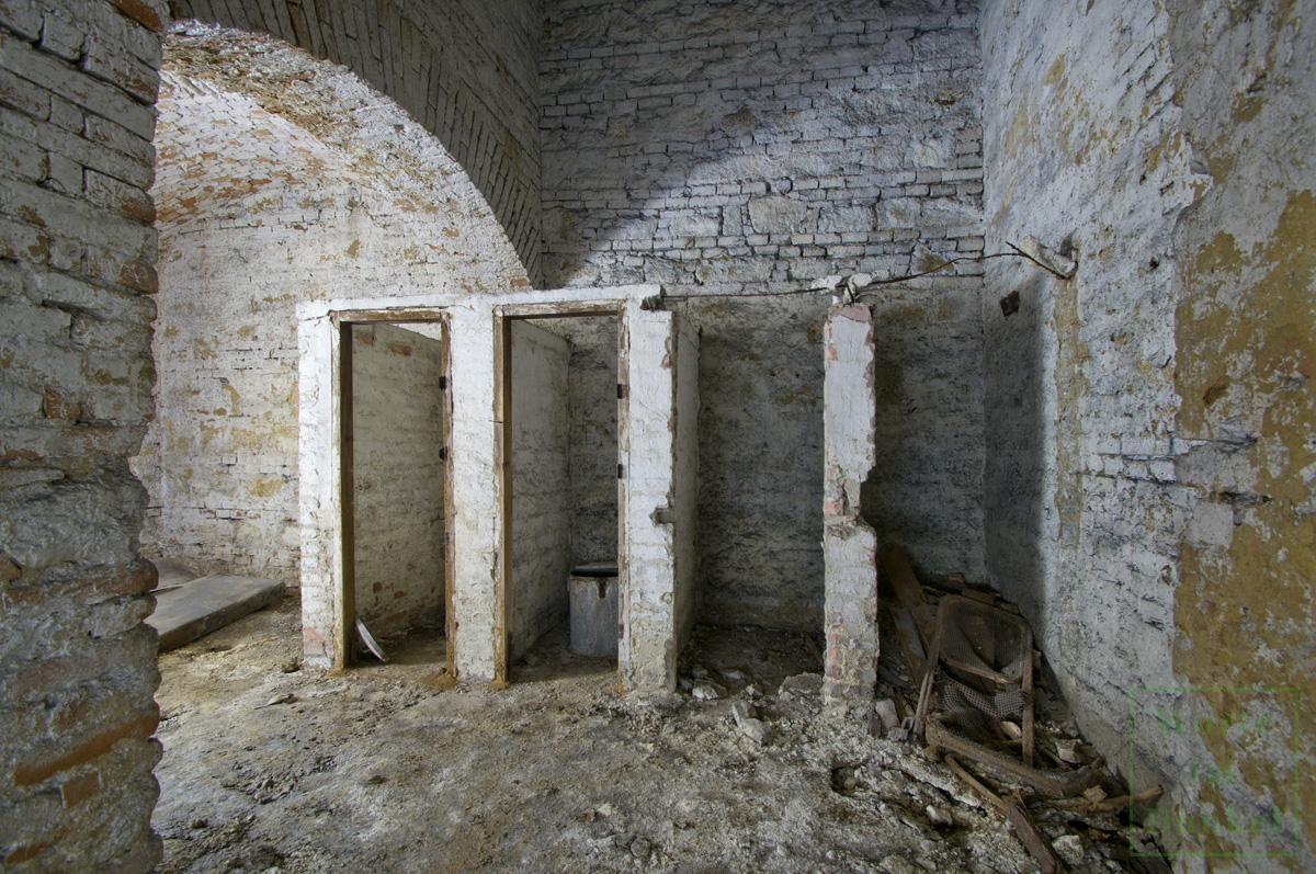 Ruine einer Notabortanlage – im zweiten Abteil steht eine dieser kleinen Tonnen.