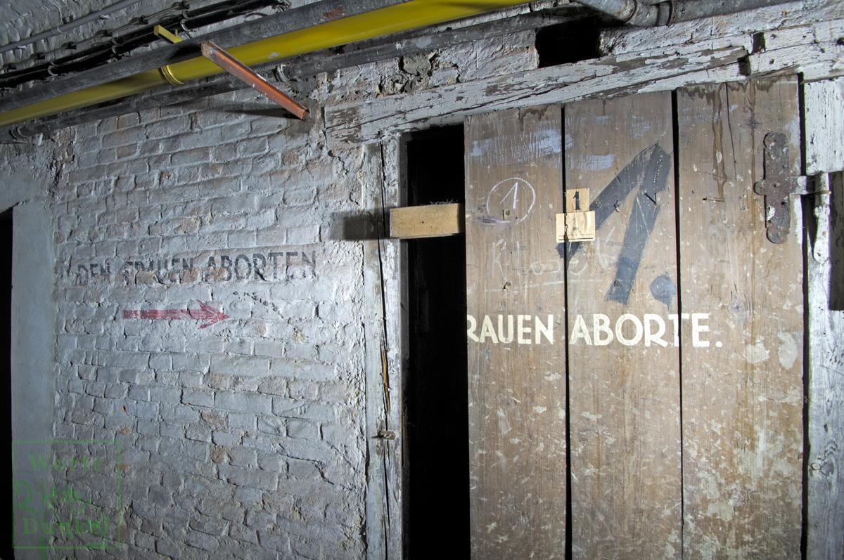 Hinweis auf die Frauenaborte in einem großen Luftschutzkeller, der an das Schutzraumnetz Innere Stadt angeschlossen war.