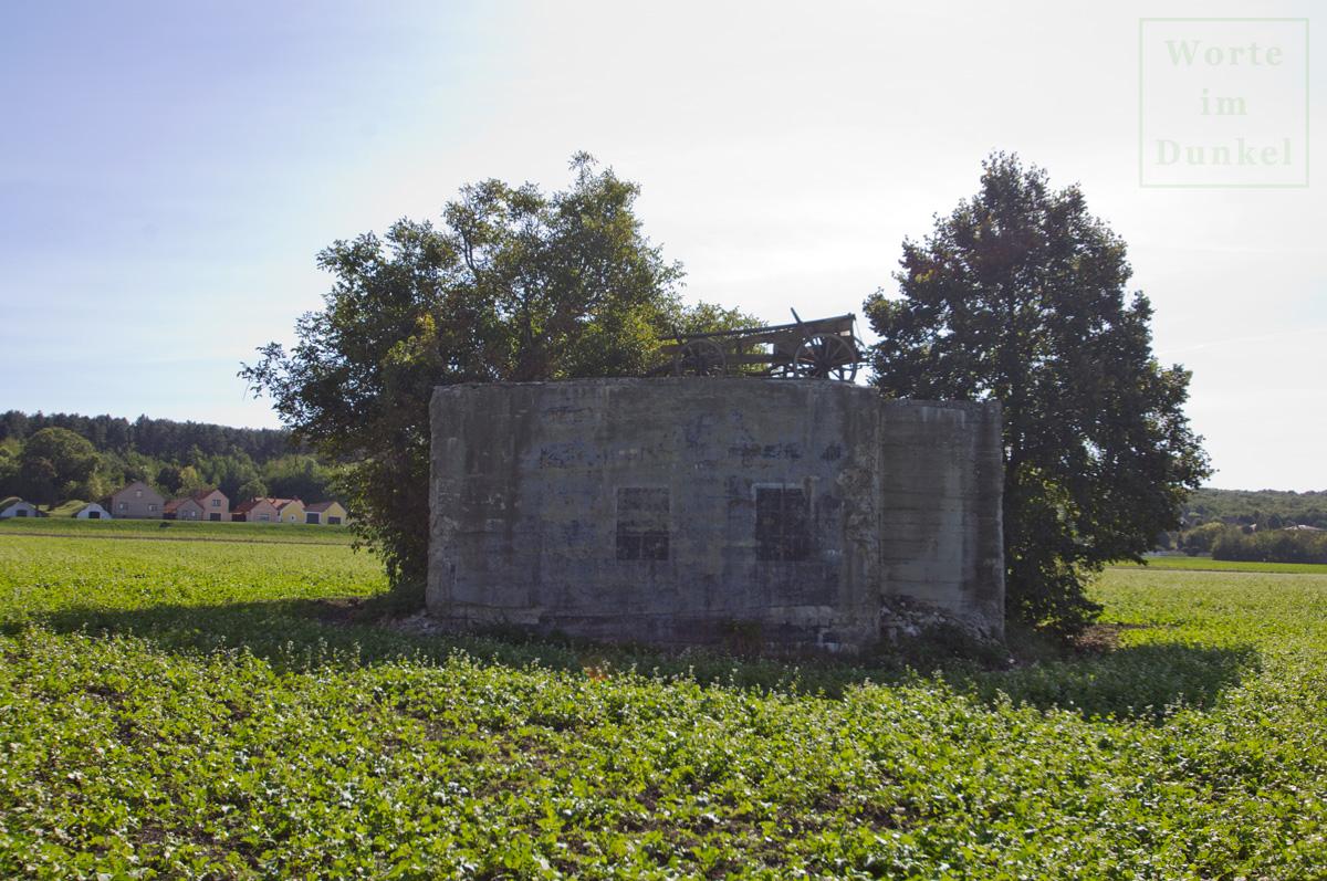 Ein anderer Bunker erschien ebenfalls als Haus, die aufgemalten Fenster sind erhalten geblieben.