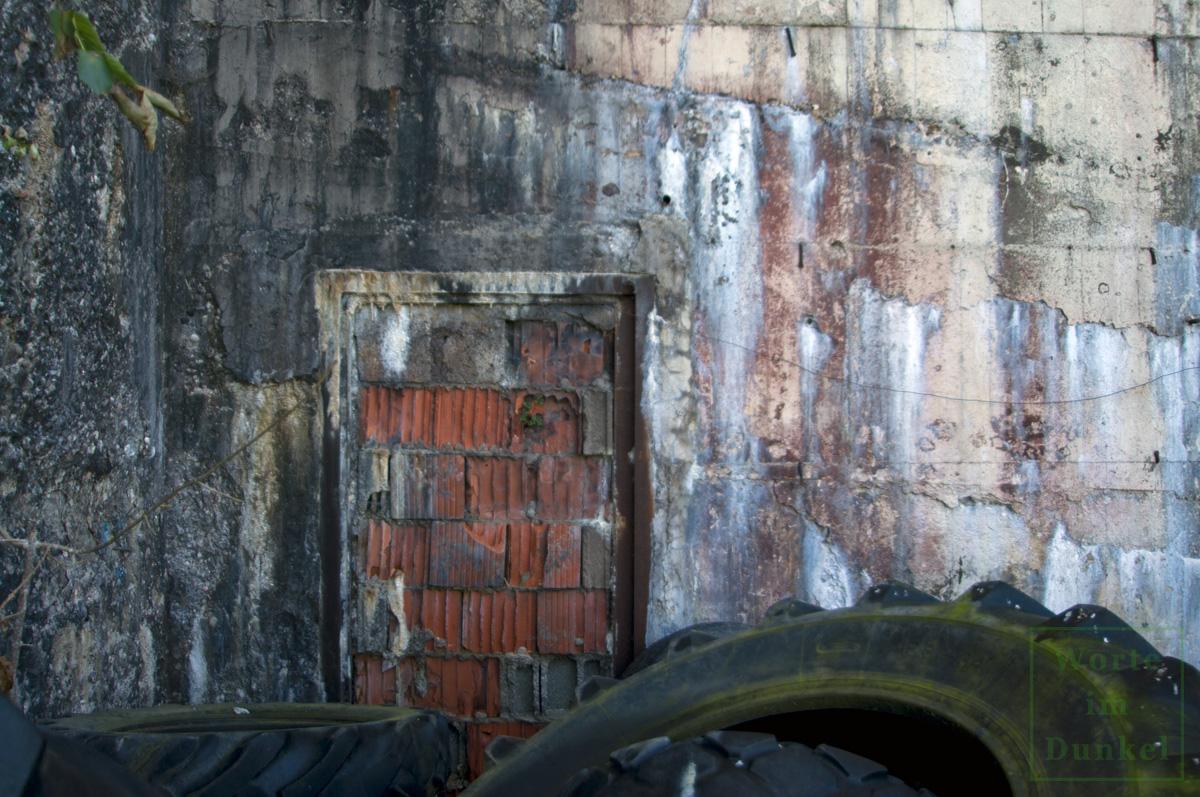 Der Tarnanstrich ist nur schlecht erhalten, hier rechts neben der Türe eine braune Wand, die eventuell damals Teil eines vorgegaukelten Holzhauses war.