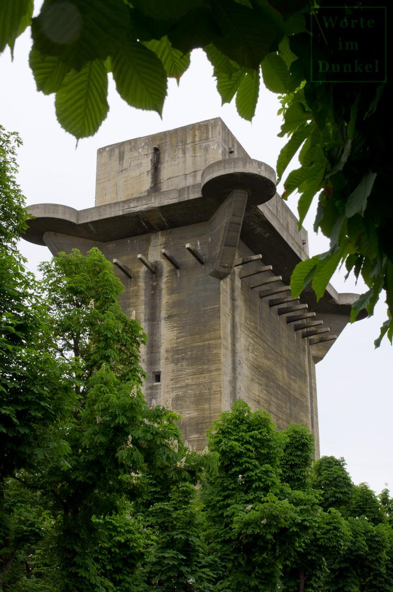 Gut erkennbare Reste des Tarnanstrichs an der Süd- und Ostseite des Turms
