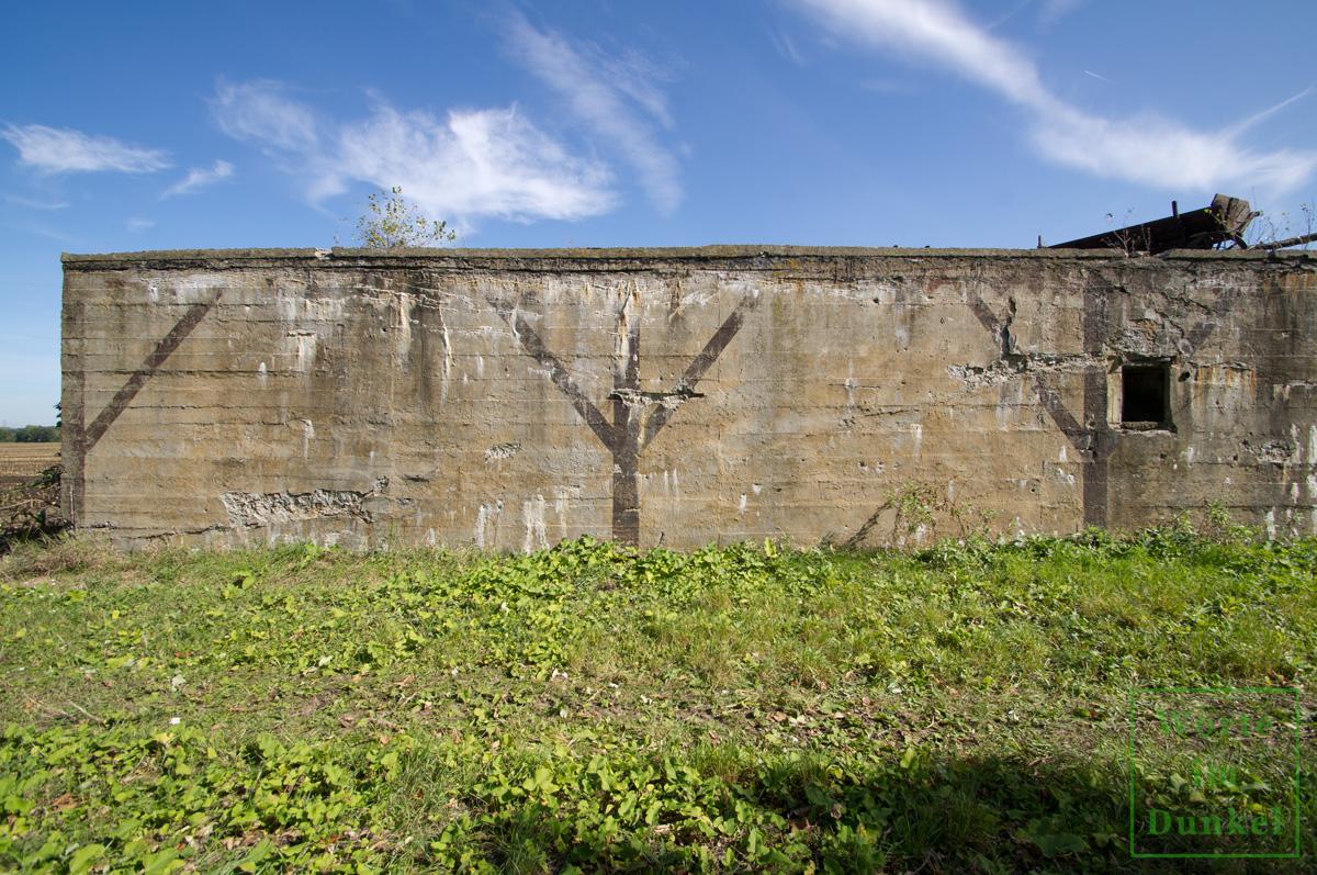 Aufgemalte Strukturen sollten den Bunker als landwirtschaftliches Gebäude erscheinen lassen