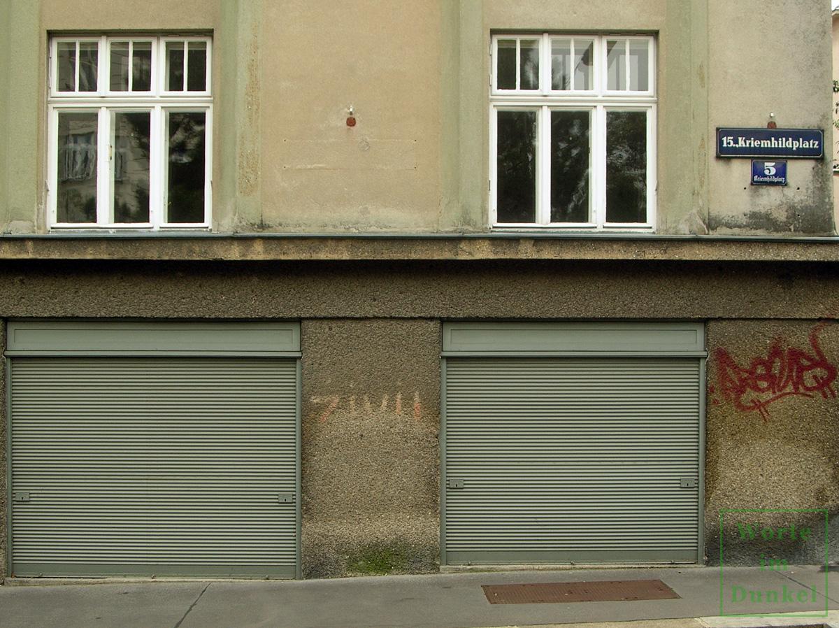 Auch um die Ecke am Kriemhildplatz war das Gebäude gekennzeichnet.
