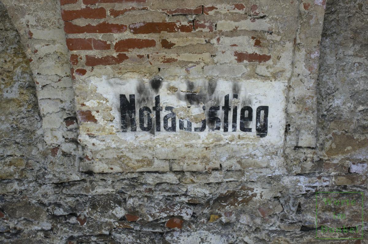 """Dompfarre – Beschriftung """"Notausstieg"""""""