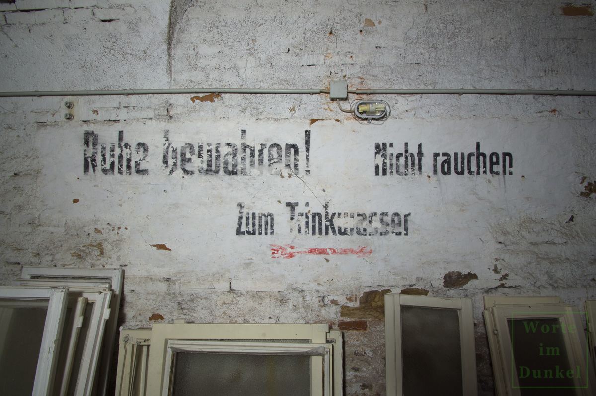 """Franziskanerkloster – Beschriftungen """"Ruhe bewahren!"""", """"Nicht rauchen"""" und """"Zum Trinkwasser"""""""