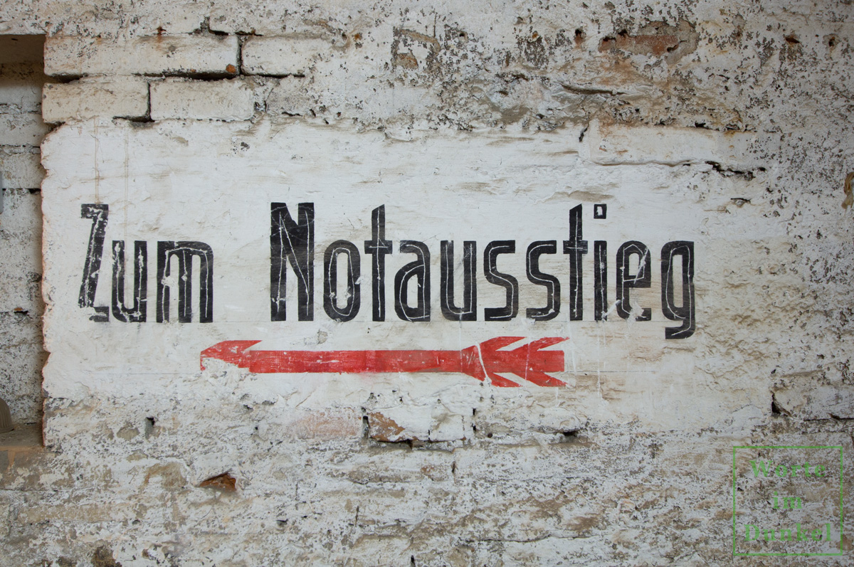 """Franziskanerkloster – Beschriftung """"Zum Notausstieg"""""""