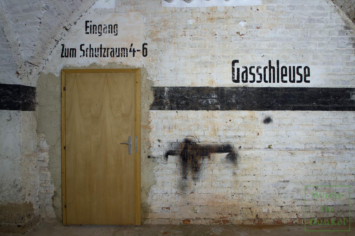 """Dompfarre – Beschriftungen """"Gasschleuse"""" und """"Eingang zum Schutzraum 4–6"""""""