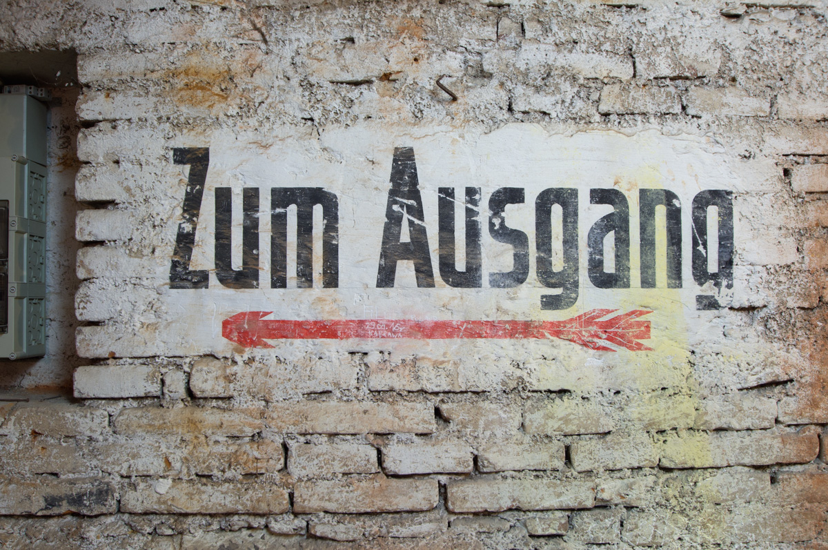 """Franziskanerkloster – Beschriftung """"Zum Ausgang"""""""