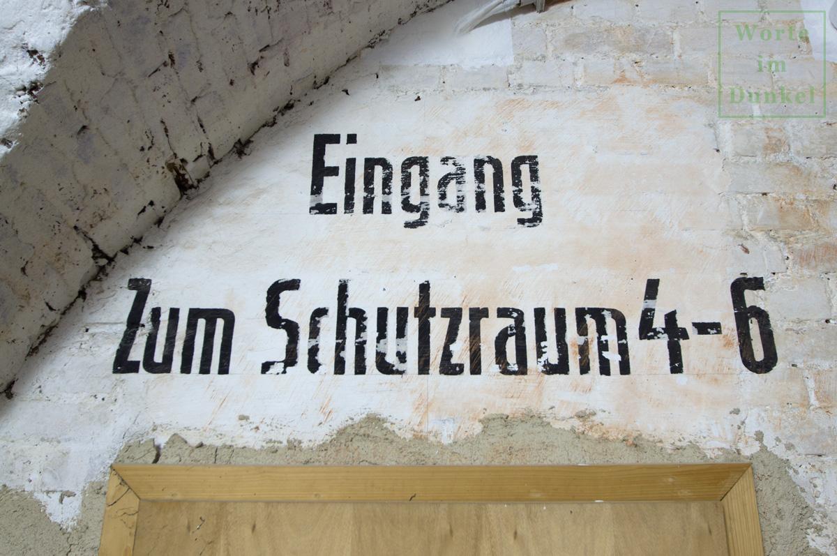 """Dompfarre – Beschriftung """"Eingang zum Schutzraum 4–6"""""""