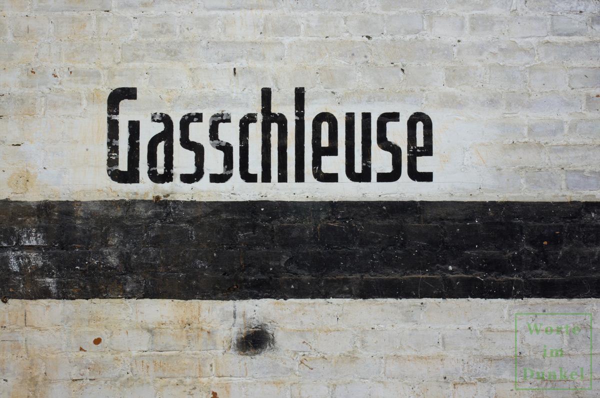 """Dompfarre – Beschriftung """"Gasschleuse"""""""