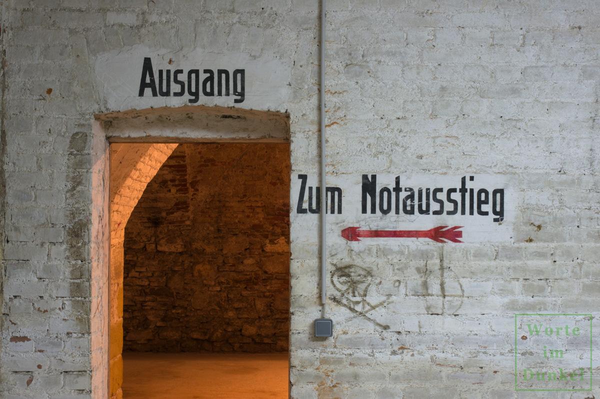 "Dompfarre – Beschriftungen ""Ausgang"" und ""Zum Notausstieg"""
