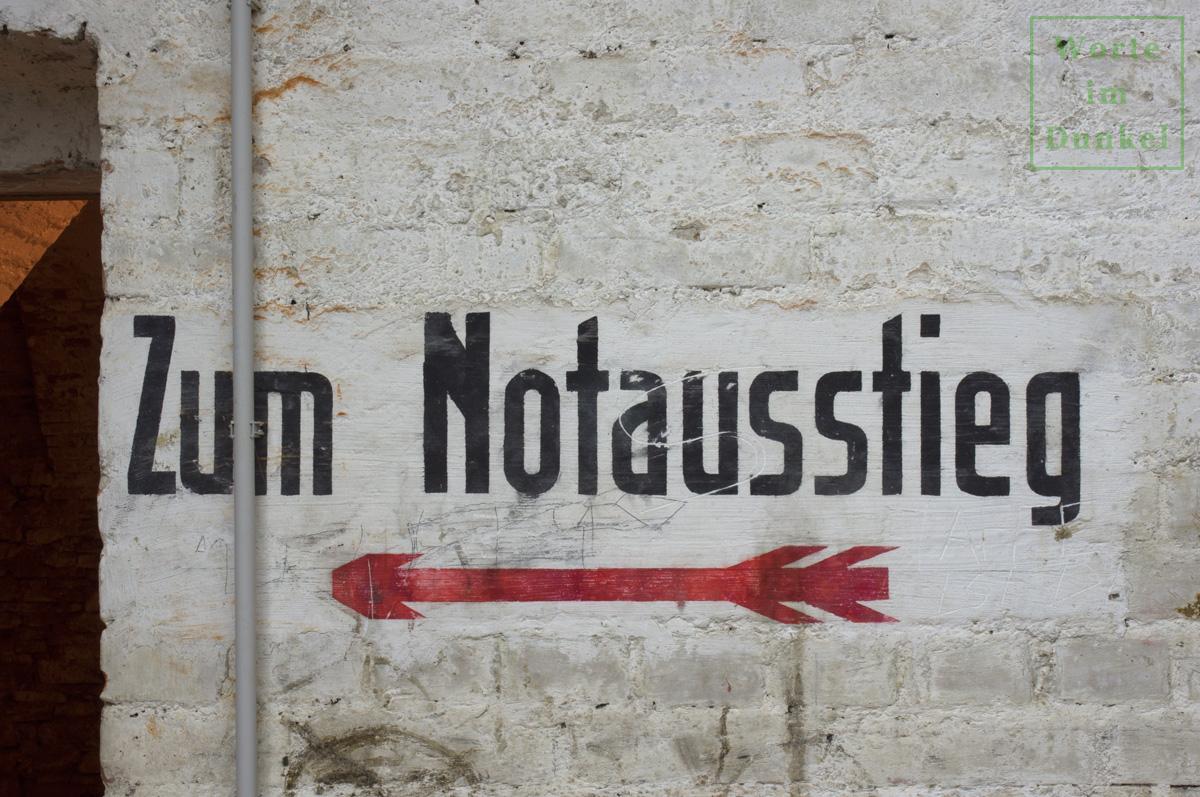 """Dompfarre – Beschriftung """"Zum Notausstieg"""""""