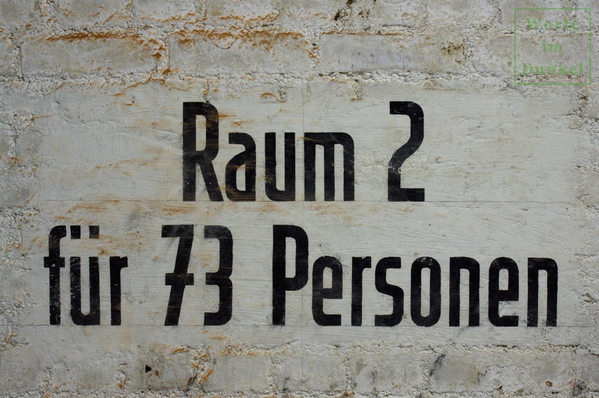 """Dompfarre – Beschriftung """"Raum 2 für 73 Personen"""""""