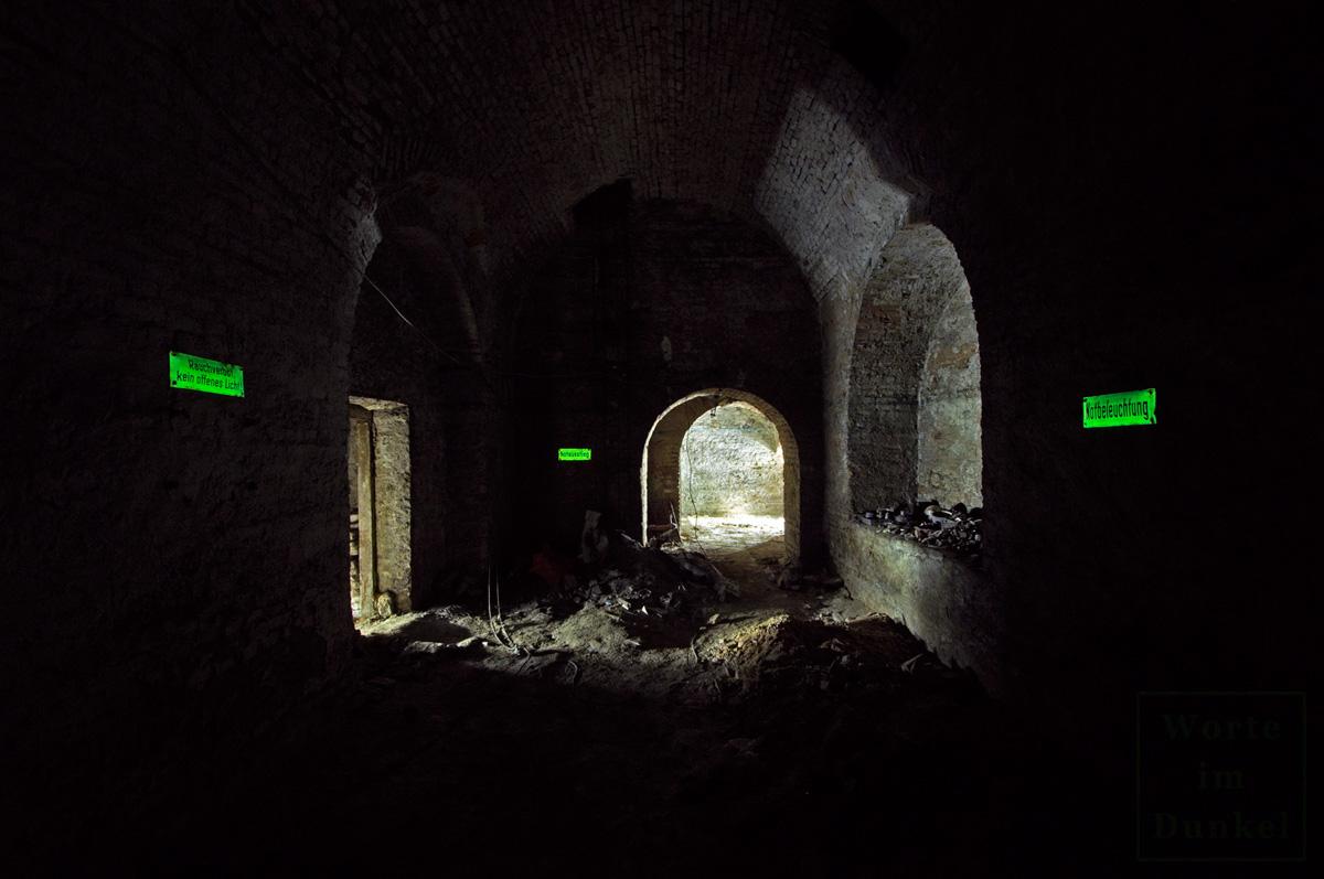 Leuchtschilder in einem ehemaligen Luftschutzkeller